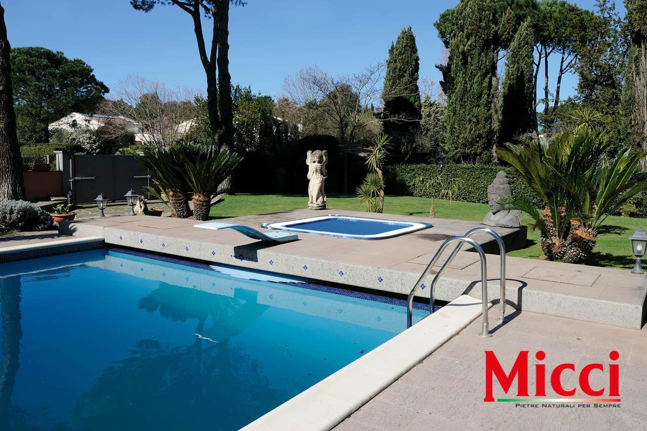 Pavimenti in pietra naturale per piscine micci peperino for Micci peperino