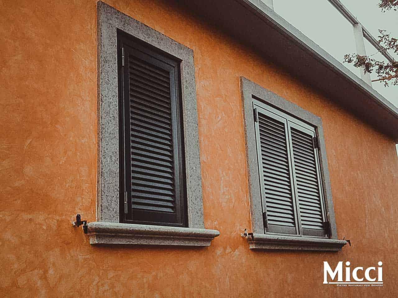Cornici per finestre in pietra sd35 regardsdefemmes for Micci peperino