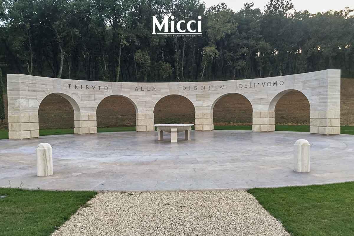 realizzazione di un monumento in travertino