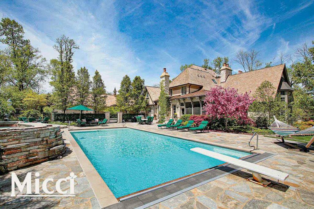 villa con piscina pavimentata in pietra